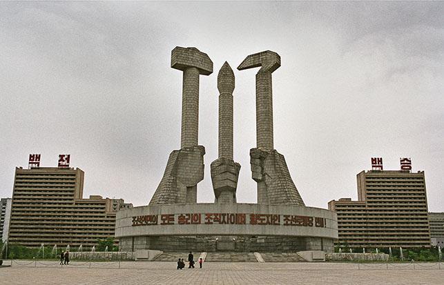 © Teun Voeten. Pyongyang, North Korea, April/May 2004 Korean Worker's Party Monument.